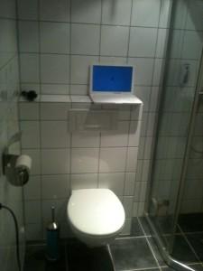 Facebook er aldri langt unna for tenåringen, her fra badet